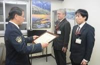 感謝状を贈呈される(右から)森さんと山本さん=胎内市で