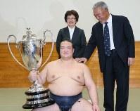 両親の萩原貞彦さん、裕美子さんに初優勝を祝福され、笑顔の稀勢の里=東京・両国国技館で、佐々木順一撮影