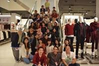 マレーシアのユニクロで研修した学生と現地スタッフ