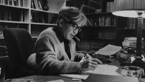 自宅書斎で執筆中の司馬遼太郎さん=1968年9月撮影