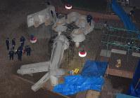 公園内の遊具周辺を調べる捜査員ら=大阪市住之江区で2017年1月31日午後7時7分、久保玲撮影