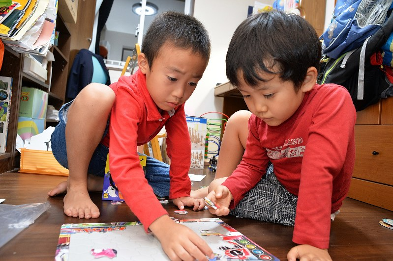 仲良くパズル遊び=東京都内で、関口純撮影