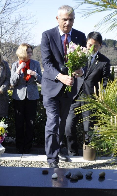 遺徳「イスラエルは忘れない」 墓前に財務相ら花束ささげ献杯 四男伸生さんも 鎌倉 /神奈川