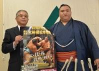 大相撲松本場所をPRする御嶽海関(右)=松本市深志1のJA中信会館で