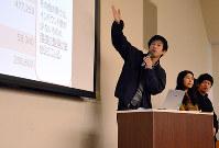 企画した地域活性化の取り組みについて報告する学生ら=鳥取市若葉台北1の公立鳥取環境大で、小野まなみ撮影