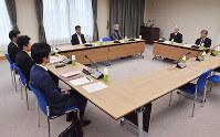 意見交換会に参加した裁判員経験者と法曹三者=和歌山市二番丁の和歌山地裁で(代表撮影)