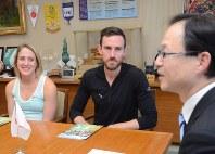 佐藤市長(右)を表敬したスタンリーさん(中央)とステファンさん