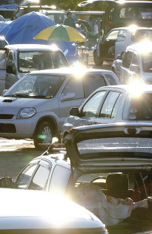 小学校のグラウンドは被災者が寝泊まりする車でいっぱいになった=新潟県小千谷市内で2004年10月28日、野田武撮影
