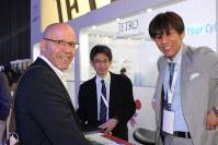 サイバー・セキュリティー技術に関する国際会議「サイバーテック」に出展した日本貿易振興機構(JETRO)のブース。日本企業との連携に興味を持つイスラエル人らが質問に訪れた=テルアビブで2017年1月31日、大治朋子撮影