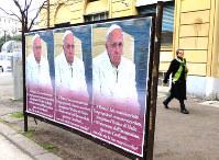 バチカン近くのローマ中心部に出現したフランシスコ・ローマ法王批判のポスター=2017年2月5日、福島良典撮影
