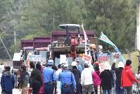 ゲート前に到着した工事用車両の前に立ちはだかり激しく抗議する人々=沖縄県名護市辺野古の米軍キャンプ・シュワブ前で2017年2月6日午前9時27分、浅野翔太郎撮影