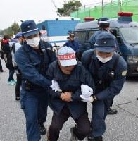 機動隊に強制排除される移設反対派の男性=沖縄県名護市辺野古の米軍キャンプ・シュワブ前で2017年2月6日午前9時45分、浅野翔太郎撮影