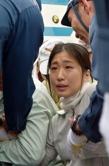 機動隊に強制排除される移設反対派の女性=沖縄県名護市辺野古の米軍キャンプ・シュワブ前で2017年2月6日午前9時46分、浅野翔太郎撮影