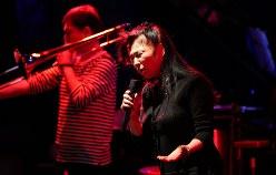 八代亜紀さんは2015年、東京を代表するジャズクラブ「ブルーノート東京」にも出演した。写真は本番当日のリハーサル=2015年11月17日、後藤由耶撮影