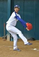 ブルペンでWBC公認球を投げ込む中日の岡田