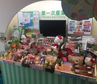 A display on Feb. 4 at the Sanrio Expo 2017 in Shinagawa Ward, Tokyo, showcases the fisheries and farming projects endorsed by Hello Kitty, including fruits, honey, eggs, mushrooms, beef, and even freshwater eel. (Mainichi)