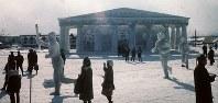 「古代の情熱札幌に燃ゆ」のパルテノン神殿と聖火ランナー=1972年、真駒内会場