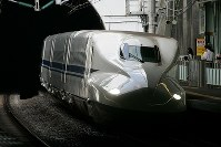 トンネルを抜けるN700系のぞみ号=松田嘉徳撮影