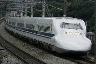 疾走する700系のぞみ号=松田嘉徳撮影