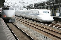 停車中の100系こだま号と通過するN700系のぞみ号=松田嘉徳撮影