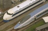 開業当時の白と青に塗装された0系新幹線(上)。下は500系新幹線=福岡県那珂川町で2008年4月17日、本社ヘリから田中雅之撮影