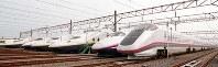 ずらりと並んだJR東日本の新幹線(手前から秋田新幹線こまち、東北新幹線はやて、同Maxやまびこ)の車両=松田嘉徳撮影