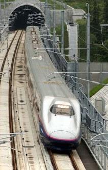 岩手一戸トンネルを入る東北新幹線[はやて]の試運転列車=岩手県二戸市で2002年9月8日、松田嘉徳撮影