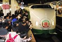 上越新幹線大宮開業25周年記念列車を一目見ようと集まる鉄道ファン=JR大宮駅で2007年11月10日午前9時40分、塩入正夫撮影