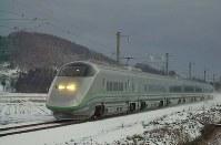 雪の中を走るJR山形新幹線「つばさ」=宮本明登撮影
