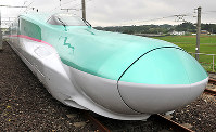 道公開された新幹線の新型車両E5系=宮城県利府町の新幹線総合車両センターで2009年6月17日、丸山博撮影