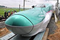 報道公開された新幹線の新型車両E5系=宮城県利府町の新幹線総合車両センターで2009年6月17日、丸山博撮影