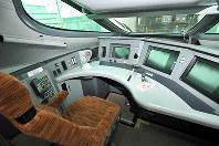 新幹線新型車両E5系の運転席=宮城県利府町の新幹線総合車両センターで2009年6月17日、丸山博撮影