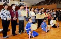 各部門で優勝した小中学生たち