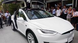米テスラが日本に投入した最新の電気自動車「モデルX」=小座野容斉撮影