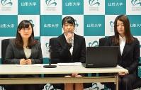活動内容を報告する山形大4年の宮城由季さん(左)ら=山形市小白川町1の同大で