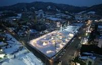 平昌五輪を前に雪花祭りの会場を彩る五輪の光=韓国・平昌で2017年2月8日午後6時18分、佐々木順一撮影