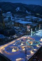 平昌五輪を前に雪花祭りの会場を彩る五輪の光=韓国・平昌で2017年2月8日午後6時15分、佐々木順一撮影