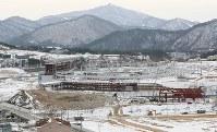建設中のスタジアムは平昌五輪の開閉会式が行われる=韓国・平昌で2017年2月7日、佐々木順一撮影
