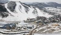 ゲレンデとホテルなどが並ぶスキーリゾート。周辺ではスキージャンプなどが開催される=韓国・平昌で2017年2月7日、佐々木順一撮影