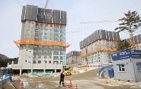 建設が進む平昌五輪の選手村=韓国・平昌で2017年2月7日、佐々木順一撮影