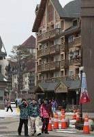 平昌五輪のスキー競技などが行われる会場周辺を歩くスキー客ら=韓国・平昌で2017年2月8日、佐々木順一撮影