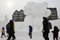 雪まつりの会場で平昌五輪パラリンピックのマスコット、スホラン(右)とバンダビを見る観光客ら=韓国・平昌で2017年2月8日、佐々木順一撮影