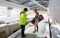 平昌五輪のスライディングセンターで始まったリュージュのテストイベント=韓国・平昌で2017年2月8日、佐々木順一撮影