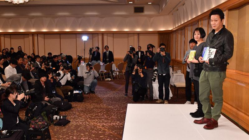 「しんせかい」で芥川賞を受賞した山下澄人さん(右)。左隣は直木賞の恩田陸さん=東京都千代田区で2017年1月19日、西本勝撮影