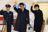 トランプ米大統領との初の首脳会談を行うため、ワシントンに向けて出発する安倍晋三首相(中央)と妻の昭恵さん(右)=東京・羽田空港で2017年2月9日午後6時56分、宮武祐希撮影
