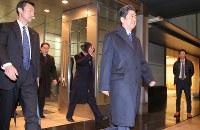 トランプ米大統領との初の首脳会談を行うため、ワシントンに向けて出発する安倍晋三首相(中央)=東京・羽田空港で2017年2月9日午後6時52分、宮武祐希撮影
