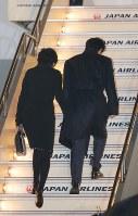 トランプ米大統領との初の首脳会談を行うため、ワシントンに向けて出発する安倍晋三首相(右)と妻の昭恵さん=東京・羽田空港で2017年2月9日午後6時56分、宮武祐希撮影