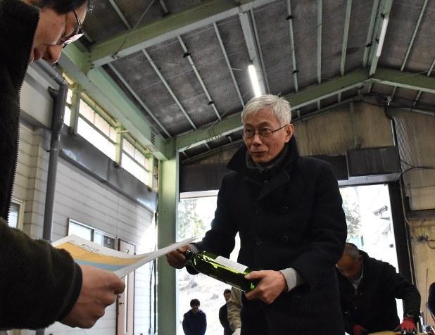 「甲州ワインを世界へ」との思いを込め、ロンドンに空輸するワインを確認する関係者=山梨県笛吹市で2017年1月18日、加古ななみ撮影