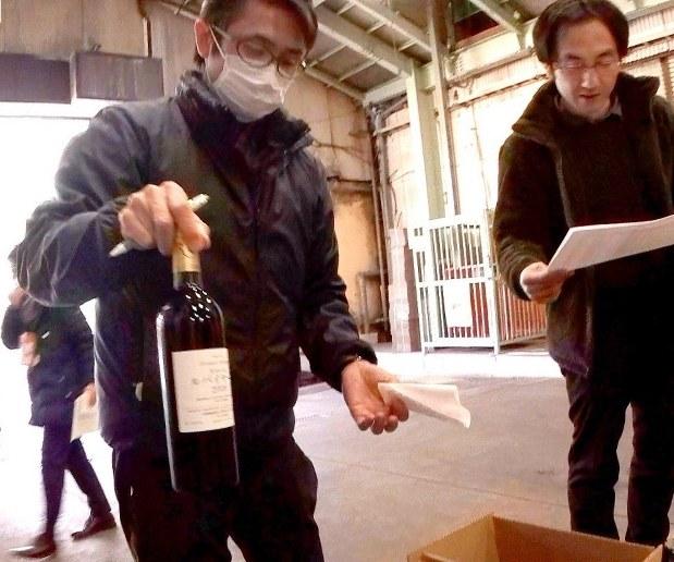 ロンドンに空輸するワインを確認するワイナリー関係者=山梨県笛吹市で2017年1月18日、加古ななみ撮影