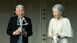 天皇誕生日の一般参賀であいさつをされる天皇陛下と皇后さま=2016年12月23日、丸山博撮影